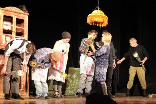 Озерский театр «Наш дом» шокировал Димитровград, а заодно подарил счастье бездомному коту