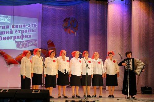 В свой праздник пожилые озерчане пели песни из кинофильмов