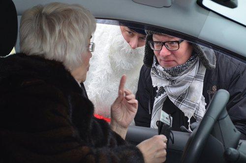 В Озерске полицейский-Дед Мороз вышел на дорогу
