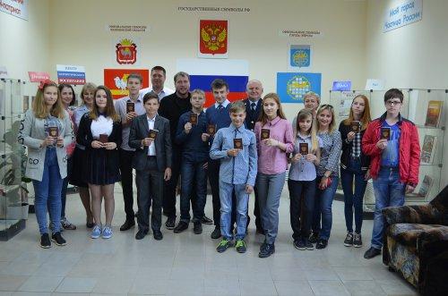 В преддверии празднования Дня России сотрудники озерской полиции торжественно вручили паспорта РФ