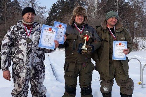 Любители зимней рыбалки на блесну и балансир состязались в ловле рыбы озере Иртяш