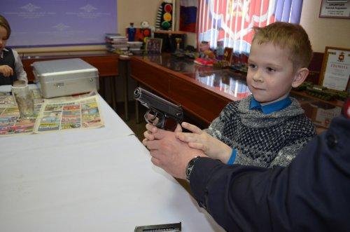 Школьники посетили музей озерской полиции