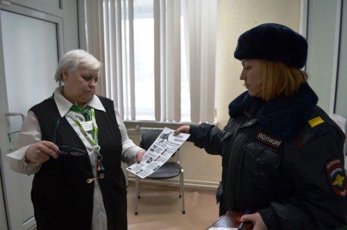 Сотрудники полиции проводят разъяснительные беседы с гражданами по профилактике мошенничества