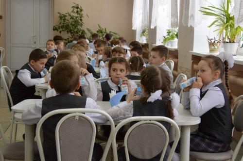 Младшим школьникам Озерского городского округа начали выдавать молоко