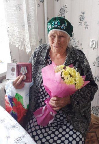 Жителям посёлка Метлино вручили медали к 75-летию Победы