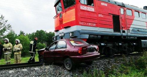 В Озерске водитель Chevrolet врезался в пассажирский поезд