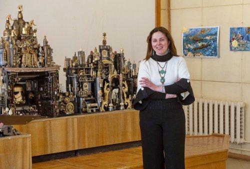 В выставочном зале Центральной городской библиотеки открылась экспозиция «ТРЭШ-АРТ»