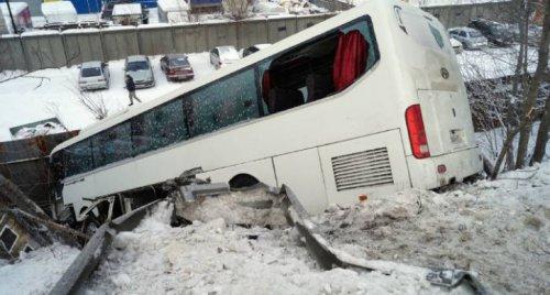 В ГИБДД Челябинска установили виновника ДТП с падением автобуса с моста