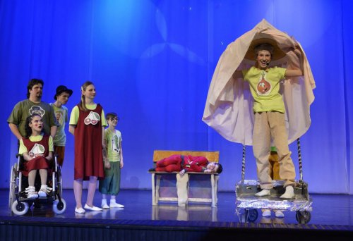 В ДТДиМ прошел муниципальный фестиваль художественного творчества детей–инвалидов «Семь цветов у радуги»