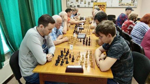 16 мая состоялся блиц-турнир по шахматам, посвященный Дню Победы и памяти четырнадцатикратного чемпиона округа по классическим шахматам Карабанова Б.Т.